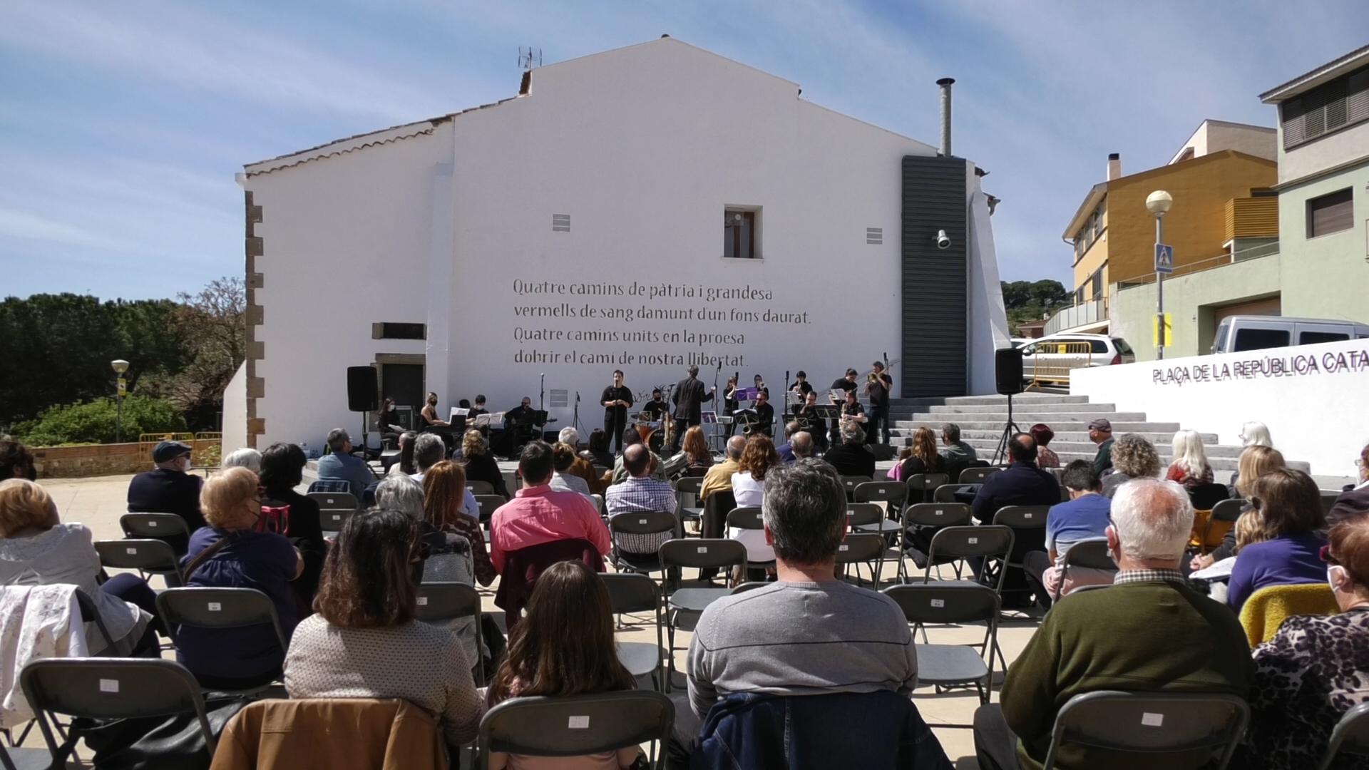 NOU REPORTATGE: La Plaça de la República catalana va quedar inaugurada amb la música de la Amunt Jazz Band