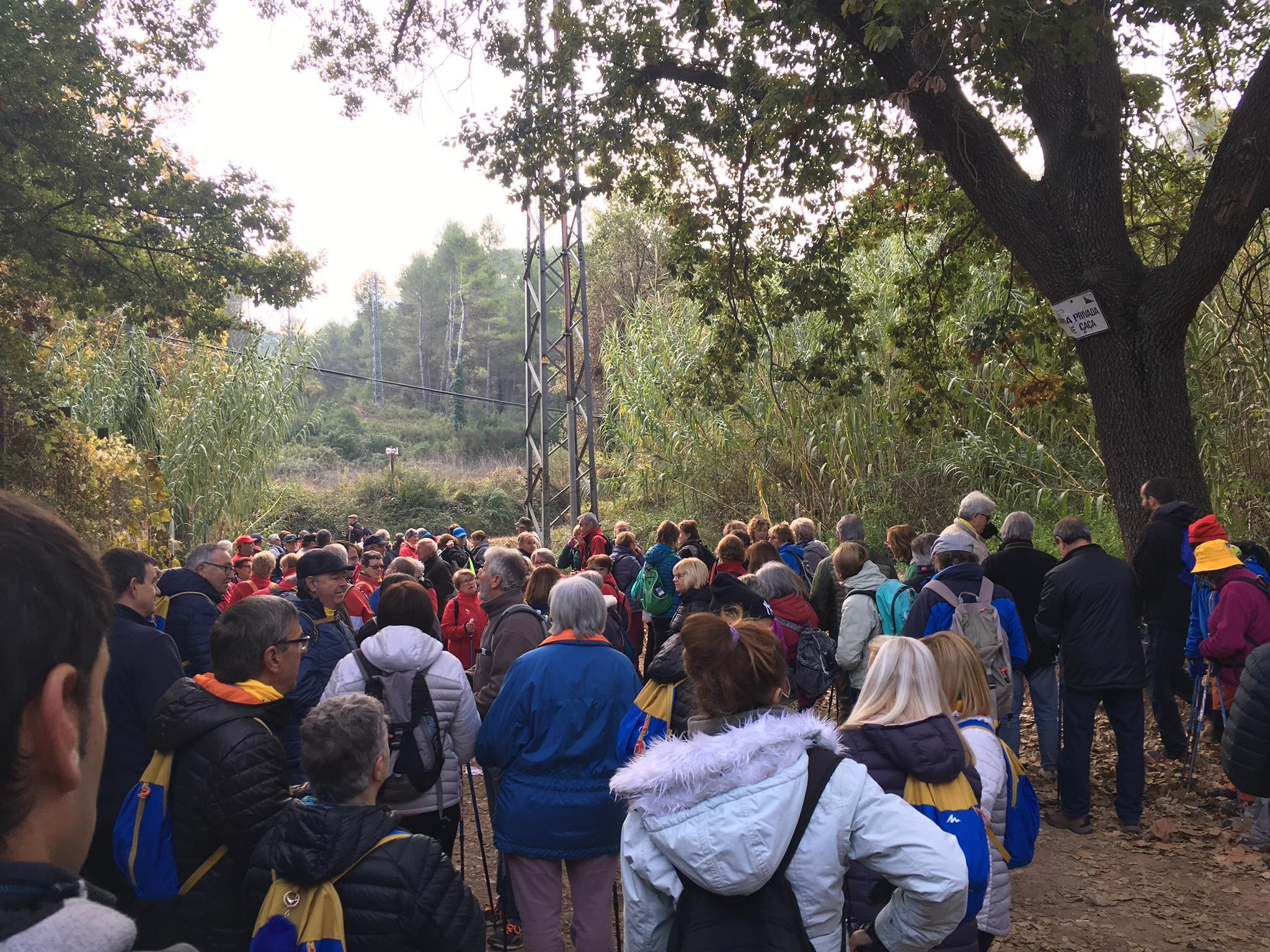 La gent gran d'Arenys de Munt passeja avui per Corbera de Llobregat