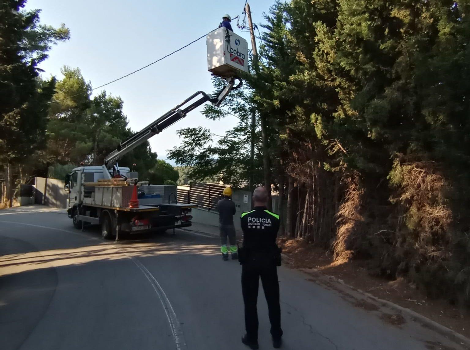 La Policia Local ha acompanyat a operaris elèctrics a tallar la llum a cases on la tenien punxada