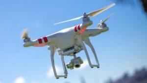 La Policia controla entrades i sortides dels cotxes i busca un dron que sobrevola el poble il·legalment